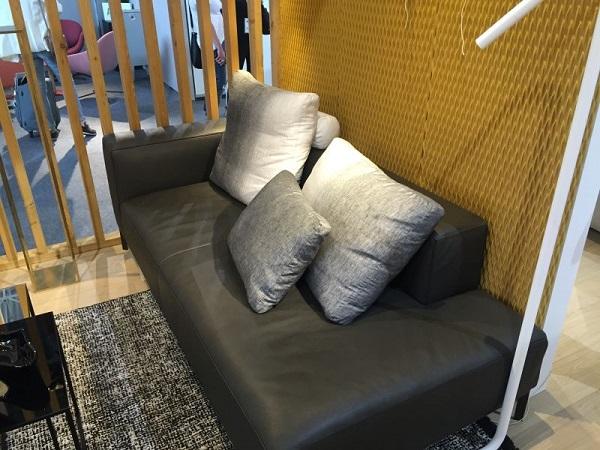 Với thiết kế độc đáo và có phần phá cách để phù hợp hơn với người dùng, mẫu sofa văng giường 1m2 phù hợp với người dùng yêu thích sự mới lạ và tiện dụng