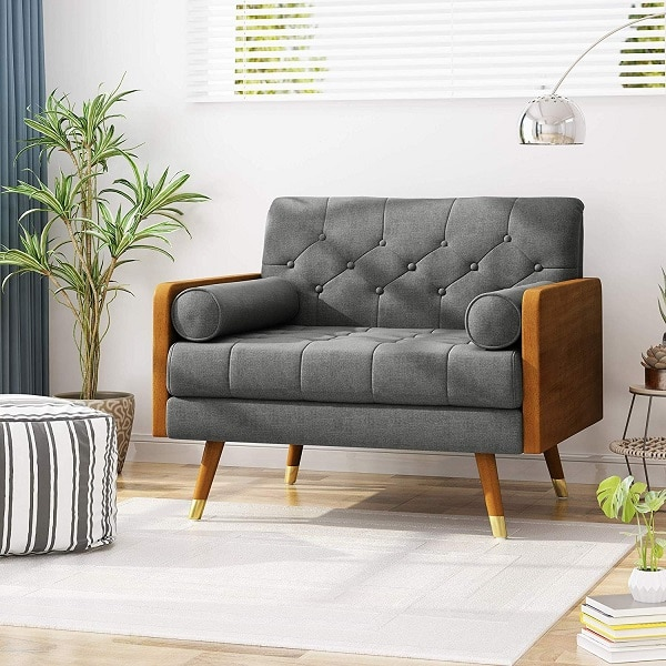 Chân ghế cao, thiết chế choãi ra, bọc kim loại mạ vàng giúp tăng thêm vẻ sang trọng, quyền quý và bảo vệ mặt sàn khi va chạm