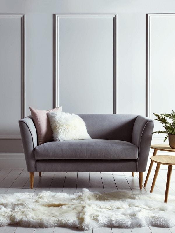 Chân ghế gỗ tiện tròn ở phần dưới để giảm xây xước trên bề mặt sàn và thiết kế nâng cao để ngăn bụi bẩn từ sàn bám lên bề mặt đệm