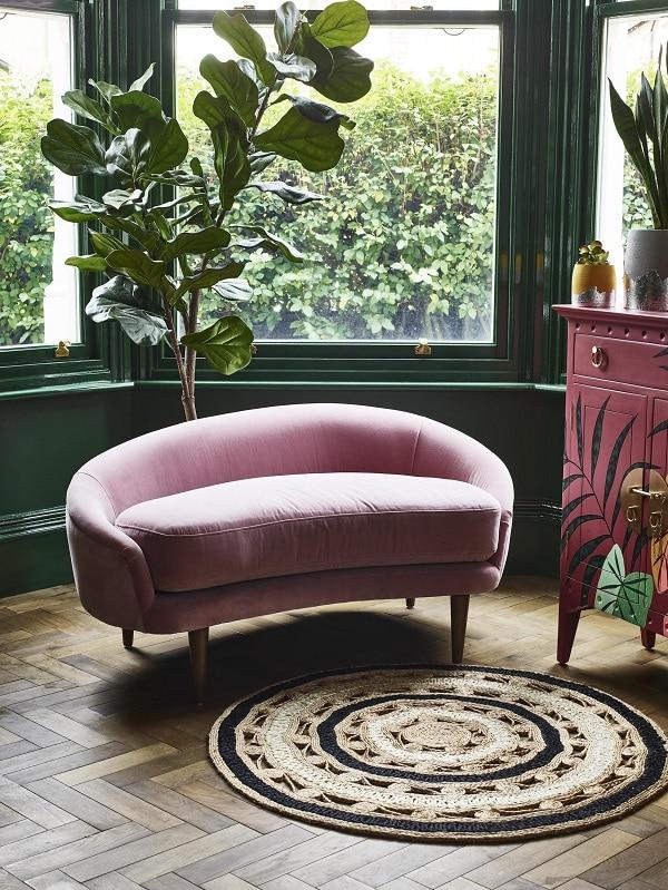 Phần đệm ngồi dày, bo vong kết hợp với tay vịn và lưng thiết kế uốn cong, liền thành một khối không chỉ mang lại tính thẩm mỹ cho sofa văng 1m2 mà còn mang lại sự thoải mái, êm ái, dễ chịu cho người dùng
