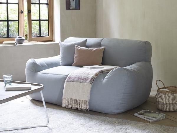 Thiết kế sàn sàn cùng phần mút bọc vải mềm mại giúp mẫu sofa văng 1m2 thêm vững chãi và không gây tổn thương cho người dùng khi chẳng may va chạm vào