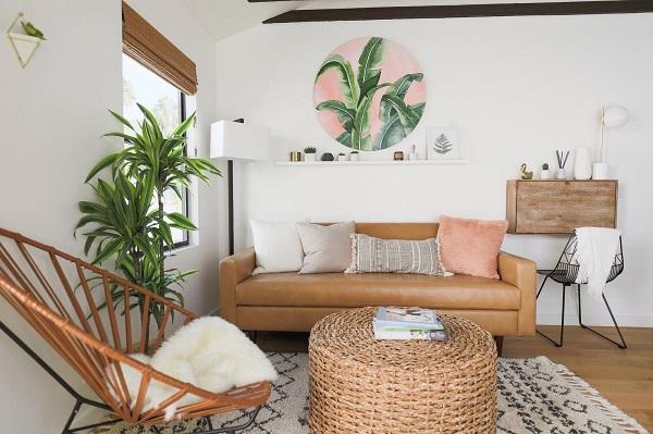 Bạn có thể kết hợp sofa da với bàn cà phê gỗ phá cách để tạo ra một không gian cá tính, độc đáo cho riêng mình.
