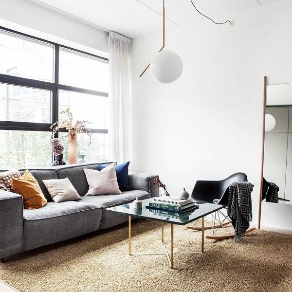 Phần đệm ngồi của sofa được thiết kế dày dặn mang lại cảm giác thoải mái, dễ chịu khi sử dụng.