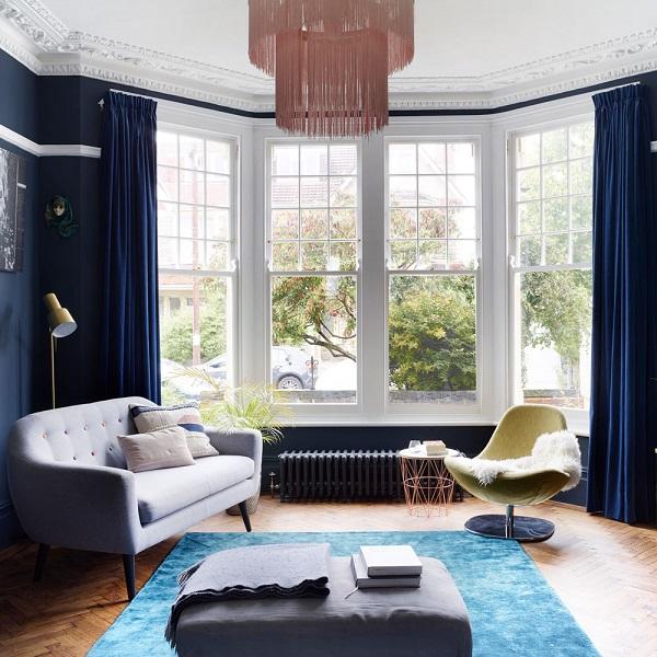 Bạn có thể kết hợp sofa văng với sofa đơn, bàn cà phê để giúp không gian trở nên hiện đại, tiện nghi.