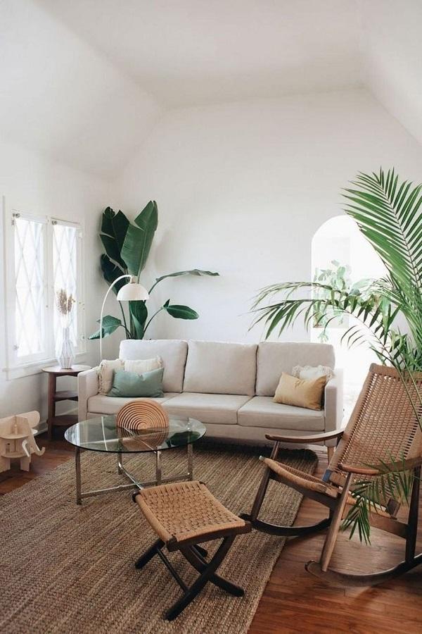 Sofa văng màu be được kết hợp với các sản phẩm nội thất gỗ mang lại không gian tiện nghi đầy ấm áp.