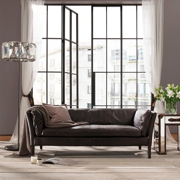 Sofa văng sở hữu màu đen mang lại vẻ đẹp mạnh mẽ đầy bí ẩn cho không gian.