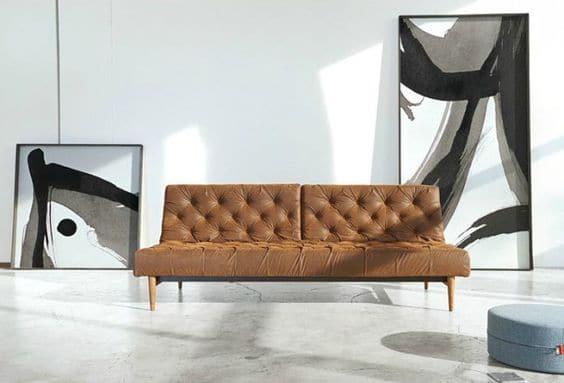 Sofa văng được thiết kế đầy phá cách với những đường nét, họa tiết nổi bật.