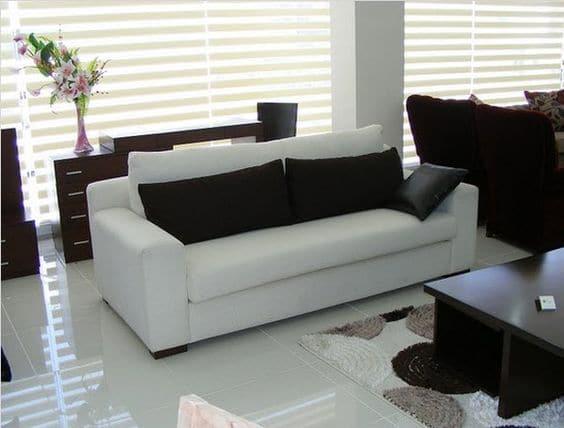 Kết hợp mẫu sofa văng đơn 2 chỗ với nội thất gỗ mang lại căn phòng tối giản mà sang trọng.