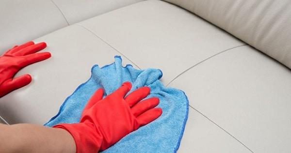 Làm sạch bề mặt sofa da để giữ cho sản phẩm luôn bền đẹp.