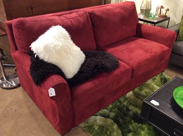 Ghế sofa da lộn với thiết kế chữ I quen thuộc và được làm từ da lộn mang đến vẻ đẹp sang trọng, đẳng cấp