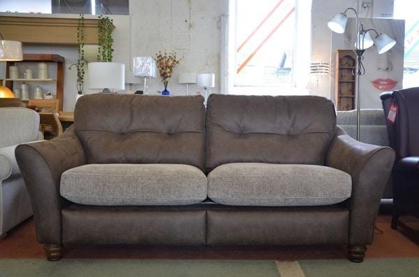 Sofa văng được làm từ da lộn mềm mịn, độ đàn hồi cao mang lại cảm giác êm ái cho khách hàng khi sử dụng.
