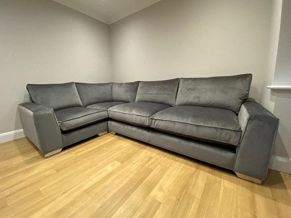 Sofa góc da lộn Bắc Âu có thiết kế đơn giản nhưng không kém phần hiện đại với màu ghi đậm sang trọng, tinh tế