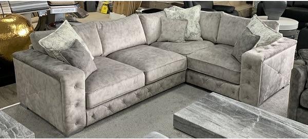 Sofa góc da lộn gây ấn tượng với màu kem sữa kết hợp màu đen sang trọng. Thiết kế đơn giản với kiểu dáng chữ L nhỏ gọn, giúp tiết kiệm tối đa không gian