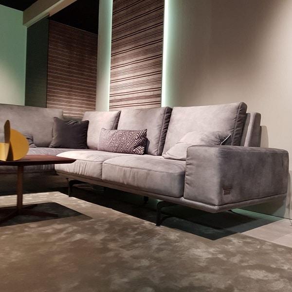 Mẫu sofa da lộn có thiết kế khung sắt vững chắc, chân ghế có độ cao vừa phải giúp bạn dễ dàng vệ sinh và di chuyển. Lưng tựa có độ ngả vừa phải và đệm ngồi được làm từ đệm mút dày bọc da lộn mềm mịn mang lại cảm giác thư giãn cho bạn khi sử dụng