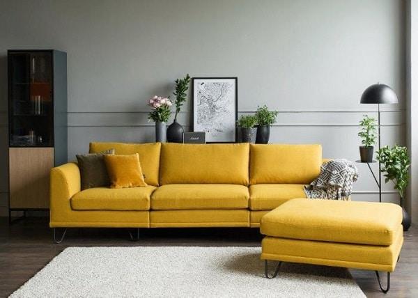 Sofa da lộn đa dạng cả về kiểu dáng và màu sắc. Mẫu sofa trên gây ấn tượng với màu vàng chanh tươi sáng, chân ghế được làm từ kim loại độc đáo, vững chắc.