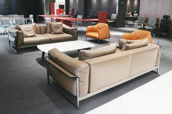 Sofa sở hữu màu nâu da bò đậm khá lạ mắt, mang đến vẻ đẹp độc đáo, trẻ trung cho không gian.