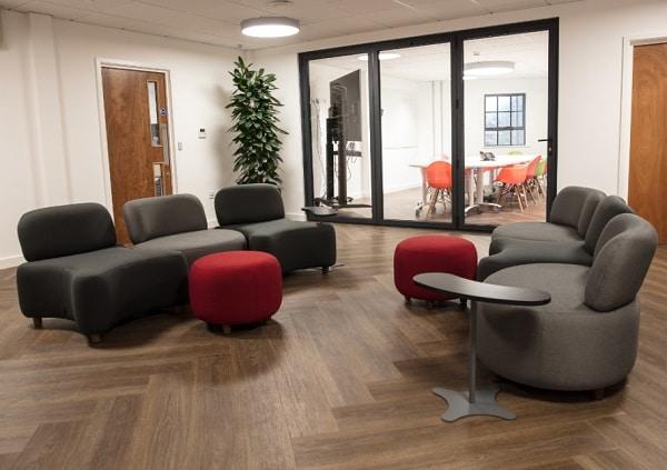 Phần tay vịn được lược bỏ kết hợp với đệm ngồi hình khối thú vị mang lại vẻ đẹp phá cách, cá tính cho văn phòng.