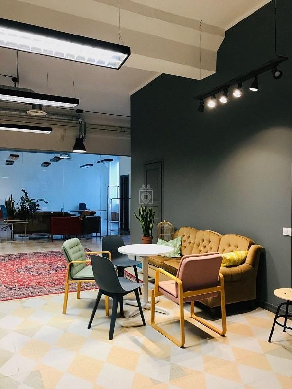 Kết hợp sofa văng với ghế đơn và bàn tròn để tạo không gian trò chuyện, nghỉ ngơi nơi văn phòng.