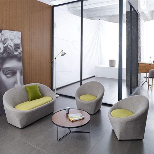 Gam màu ghi xám cùng đệm ngồi màu xanh mang lại sự thoải mái, dễ chịu cho không gian.