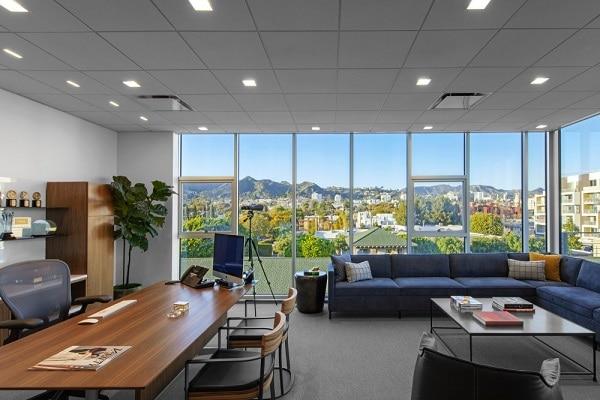 Nên lựa chọn sofa góc cho những văn phòng có diện tích rộng rãi.