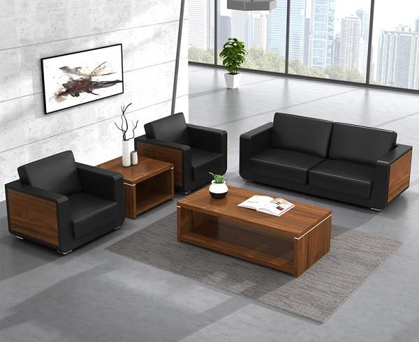 Sự hòa quyện giữa chất liệu da và gỗ công nghiệp mang lại vẻ đẹp đẳng cấp cho không gian văn phòng.