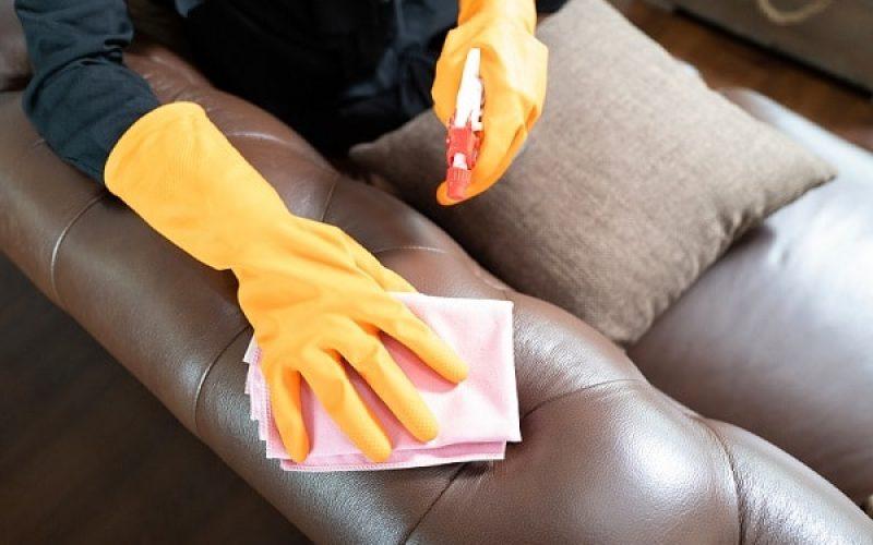 Sử dụng dung dịch tẩy rửa phù hợp để vệ sinh sofa giúp sofa thêm sáng bóng