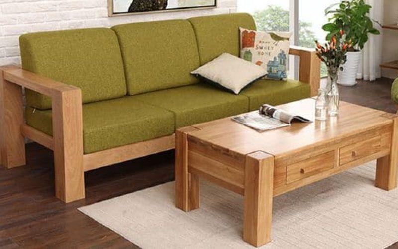 Bạn có thể kết hợp sofa gỗ với bàn trà gỗ để mang lại sự đồng điệu, tạo điểm nhấn nổi bật cho căn phòng.