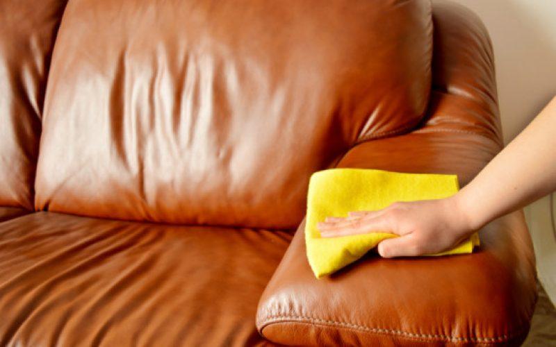 Sử dụng khăn mềm ẩm thay cho các loại khăn khô, ráp để lau chùi bề mặt sofa da.