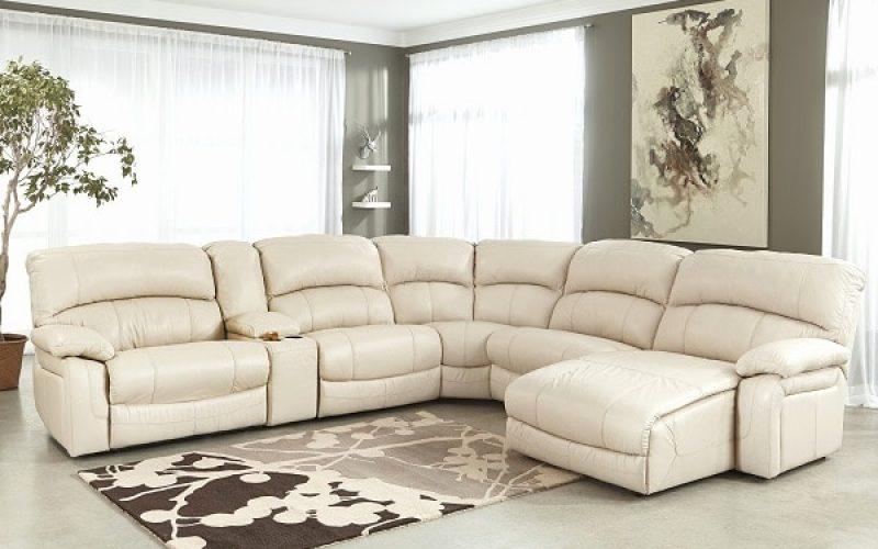 Thiết kế sofa trắng kem chữ V mềm mại với sự phân chia chỗ ngồi một cách linh hoạt có cả phần ghế nằm nghỉ ngơi không chỉ nâng cao tính nghệ thuật cho căn phòng mà còn mang lại cho người dùng nhiều trải nghiệm hơn