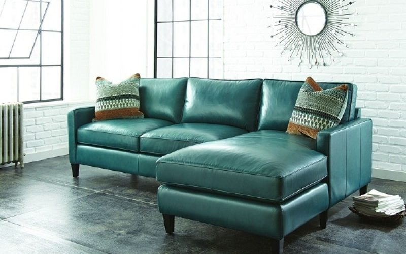 Sofa chữ L da màu xanh ngọc được thiết kế với 2 ghế ngồi và một ghế nằm thư giãn, với sức ngồi tối đa lên tới 5 người, vừa tiết kiệm được diện tích không gian vừa phát huy tối đa tác dụng. Màu sắc trang nhã, lịch sự làm tôn lên không gian đặt sofa.