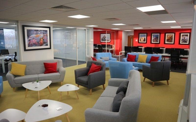 Những chiếc sofa góp phần tạo nên những câu chuyện thú vị của dân văn phòng.
